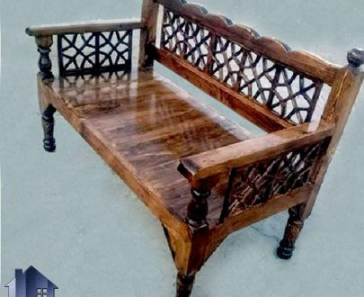 تخت چوبی سنتی 60*120 مدل TrK252 که به عنوان تخت قهوه خانه ای و رستورانی و سفره خانه ای به صورت خراطی شده و دارای تکیه گاه و دسته میباشد