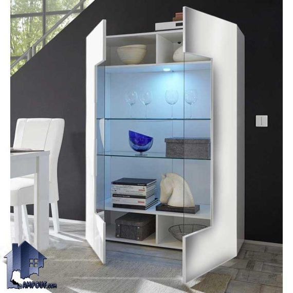 کمد ویترینی SCJ135 دارای قفسه های به صورت شیشه ای و درب شیشه ای با طراحی زیبا که به عنوان یک ویترین و بوفه و قفسه خانگی در سالن پذیرایی استفاده میشود.