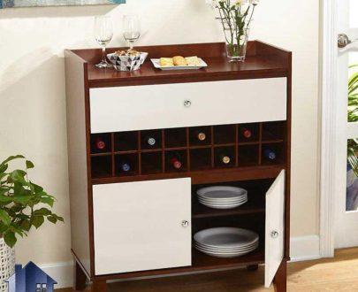 میز اپن و بار BTJ104 به صورت درب دار و کشودار که دارای قفسه برای قرار گیری بطری بوده و به عنوان یک کمد و ویترین در پذیرایی و آشپزخانه استفاده میشود.