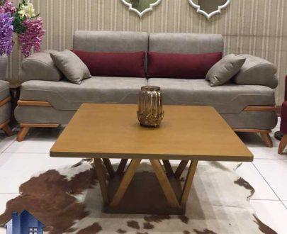 میز جلومبلی ژوبا HOAR107 دارای صفحه با روکش چوب و مربع شکل و با پایه هایی از جنس چوبی که برای پذیرایی در کنار مبلمان دکور خانگی و اداری استفاده میشود.